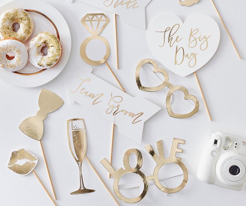 Zieh das Farbkonzept deiner Hochzeit durch bis hin zum Photobooth-Zubehör