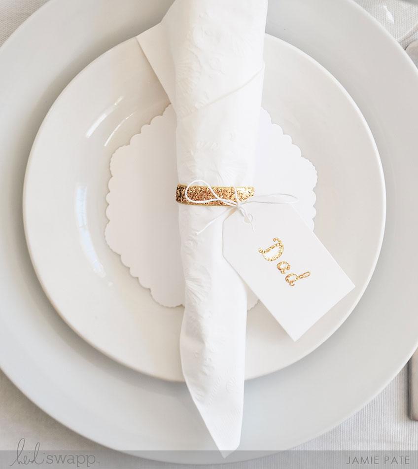 Ein goldener Serviettenring ist die perfekte Tischkarte zum 50. Hochzeitsjubiläum des Papas (c) Heidi Swapp