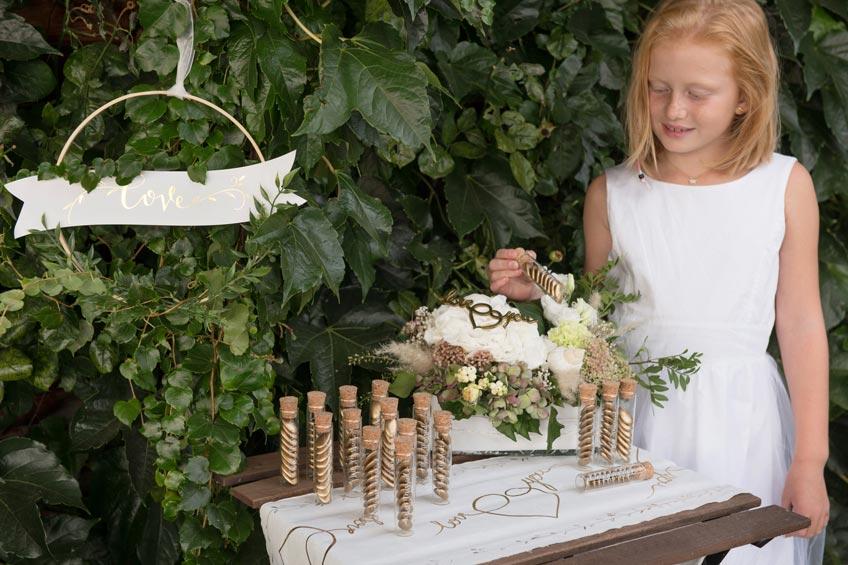Zur Hochzeit - In kleinen Fläschchen sehen Süßigkeiten wie Hochzeitsmandeln sehr edel aus