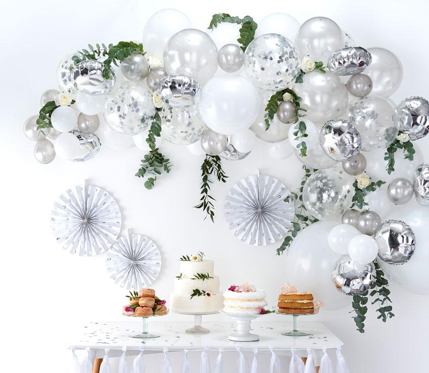 Die Ballongirlande in Silber und Weiß ist eine wunderschöne Hochzeitsdeko