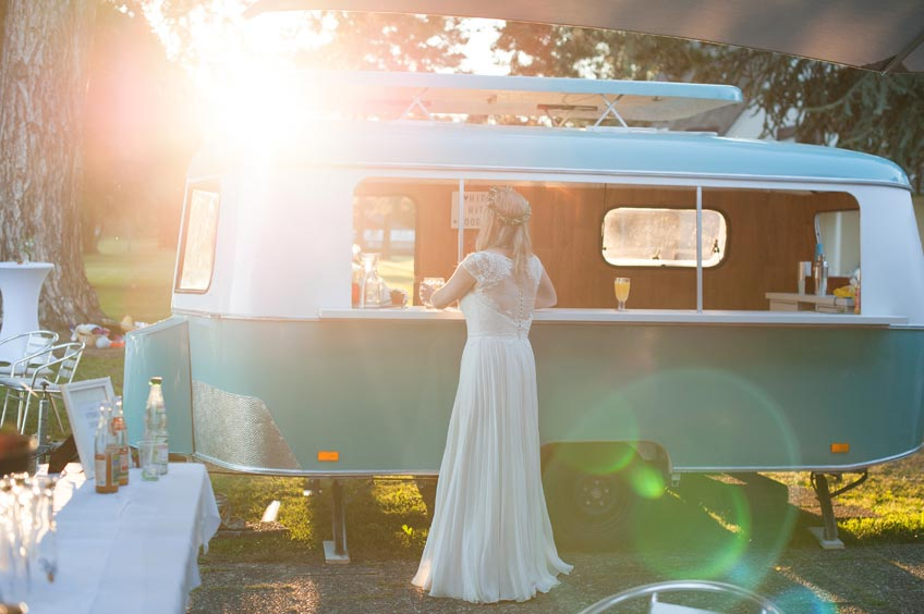 Ein Barwagen kommt toll auf der Festival-Hochzeit (c) Fräulein Wunschfrei