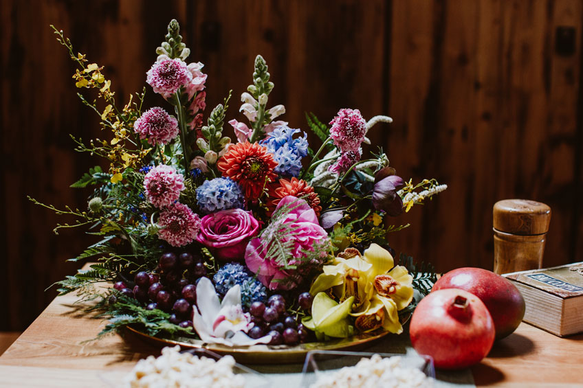 Blumige Dekoration mit tropischen Früchten für deine Bridal Shower