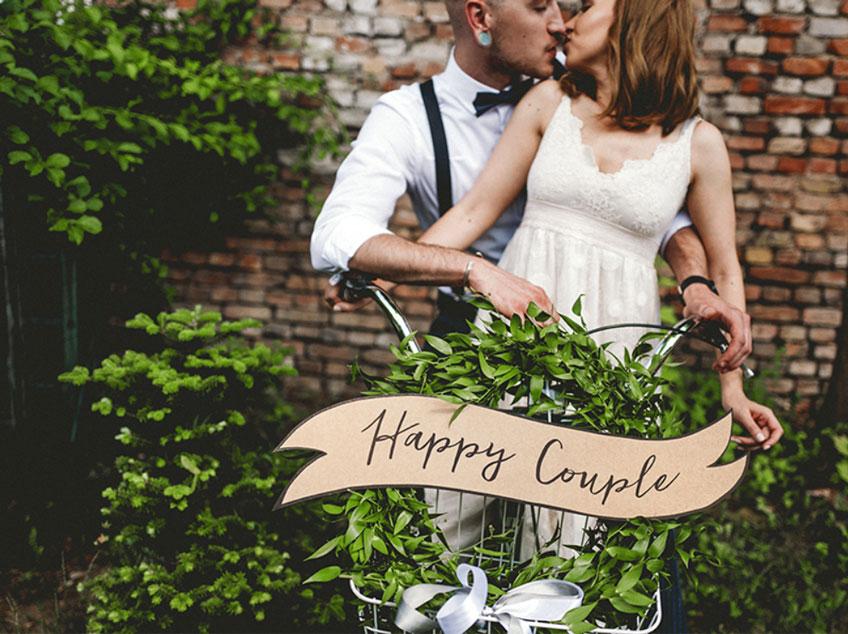 Ein geschmücktes Hochzeits-Tandem als romantische Brautpaar-Überraschung nach der Trauung