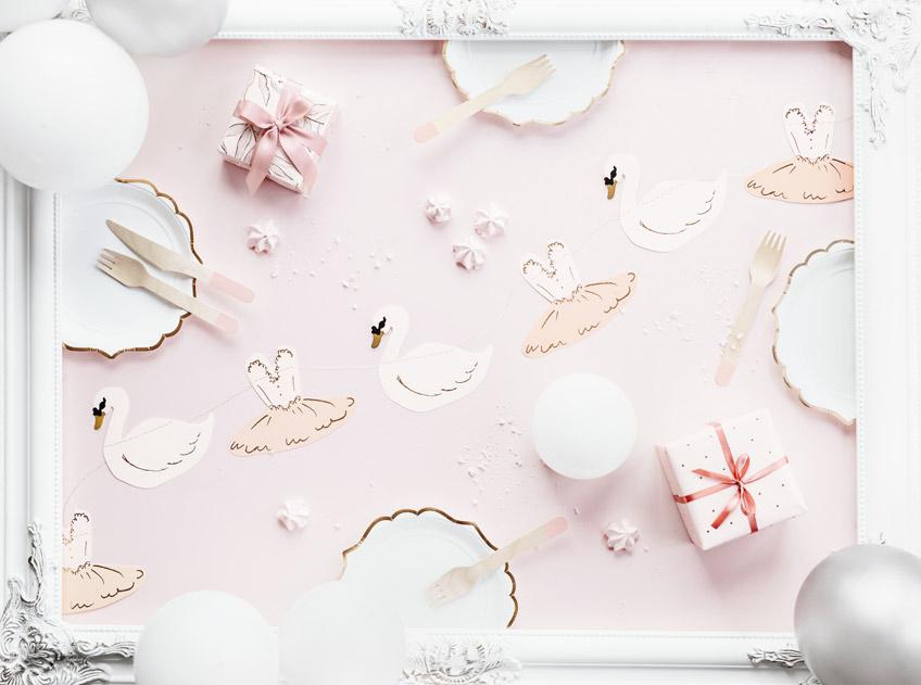 Das Brautparty-Tischgedeck für Schwanen-Prinzessinnen haben wir für dich im Shop