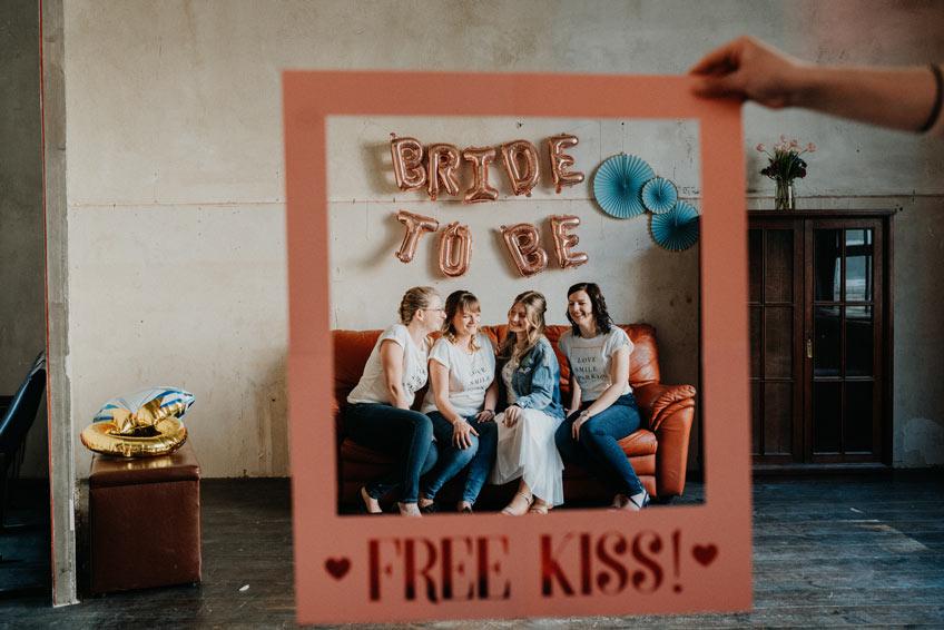 Feier eine urbane Brautparty und mach viele Fotos samt witzigen Fotobooth-Accessoires (c) Christine Ladehoff Fotografie