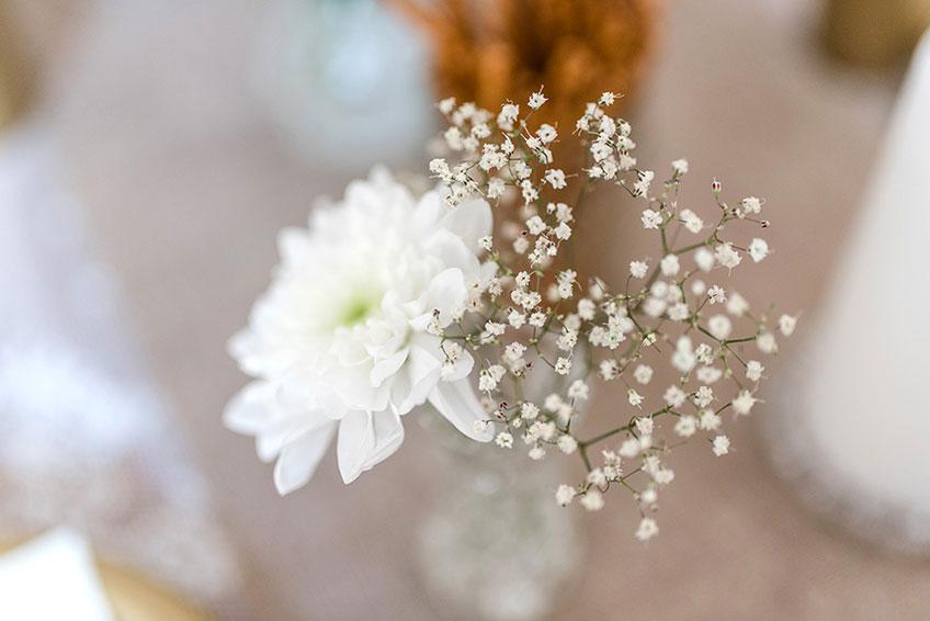 Weiße Tischblumen verleihen dem Brautparty-Dekor wundervolle Zartheit (c) Carina Plößl Fotografie