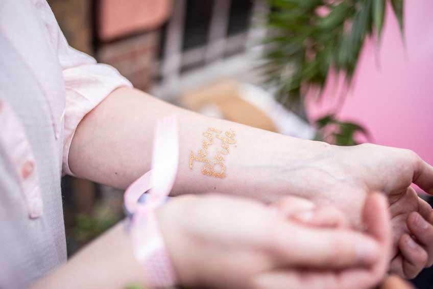 Goldenes Braut-Tattoo für die Brautparty  (c) Momentpur. fotografie & design