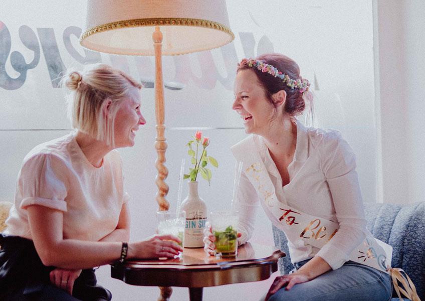 Der Junggesellinnenabschied soll unvergesslich werden? Lest hier, wie diese Mädels die Bride to Be mit einer wunderschönen Brautparty in Pink, Lila und Mint überraschten © Julia Löhning Fotografie