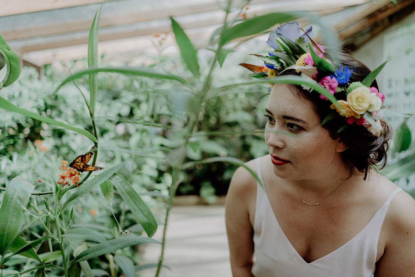 """""""Bride to be"""" mit DIY Blumenkranz im Schmetterlingshaus in der Biosphäre Potsdam."""