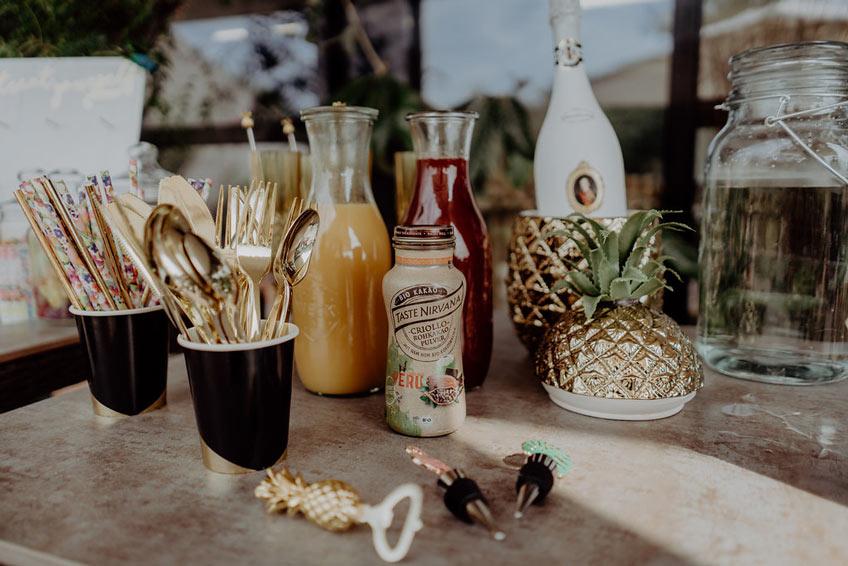 Eine tropische Mimosa Bar mit leckeren und fruchtigen Getränken.