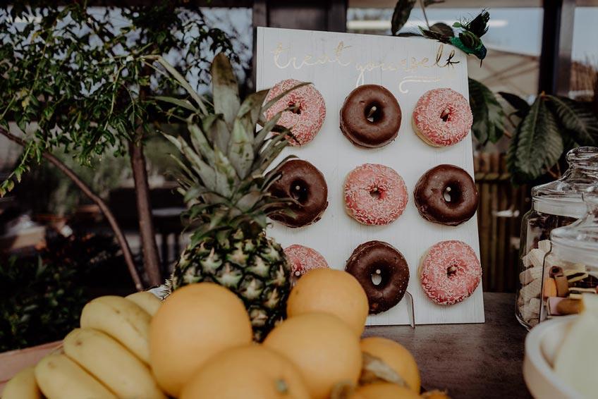 Auf diesem sweet table sind leckere Früchte und Snacks perfekt in Szene gesetzt.