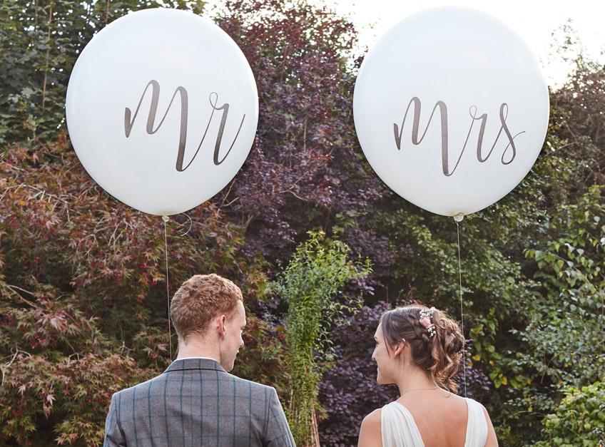 Seite an Seite ein Leben lang! Jetzt seid ihr Mr and Mrs - zeigt es mit den Riesenballons
