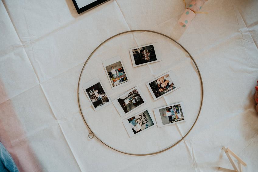 Richte die Bilder so aus, wie sie gleich auf dem Reifen haften sollen (c) Christine Ladehoff Fotografie
