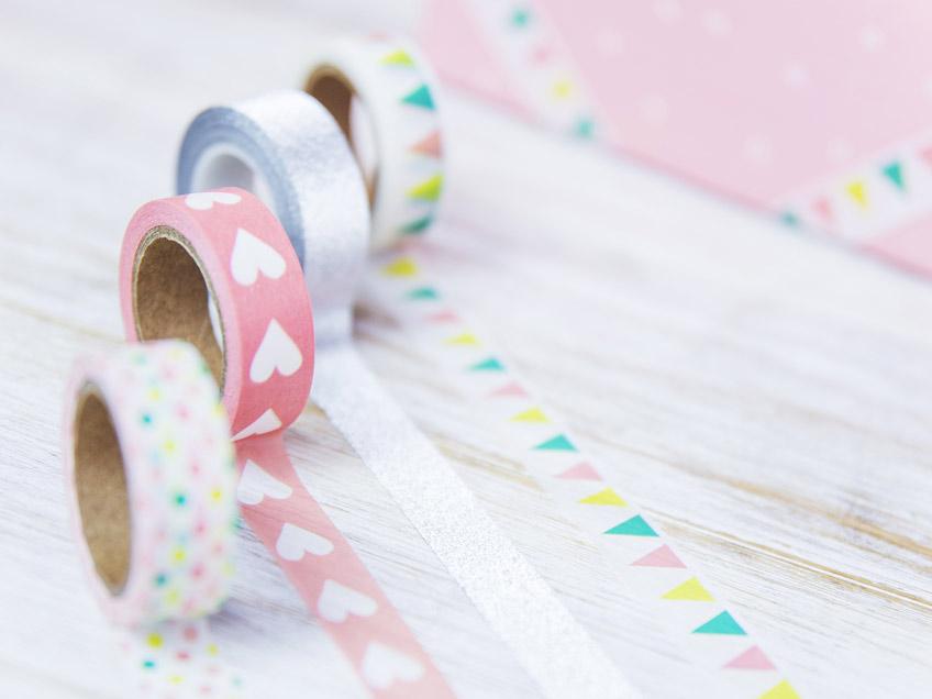 Verwende für die DIY Picture Hoops selbstklebendes Geschenkband mit schönen Motiven