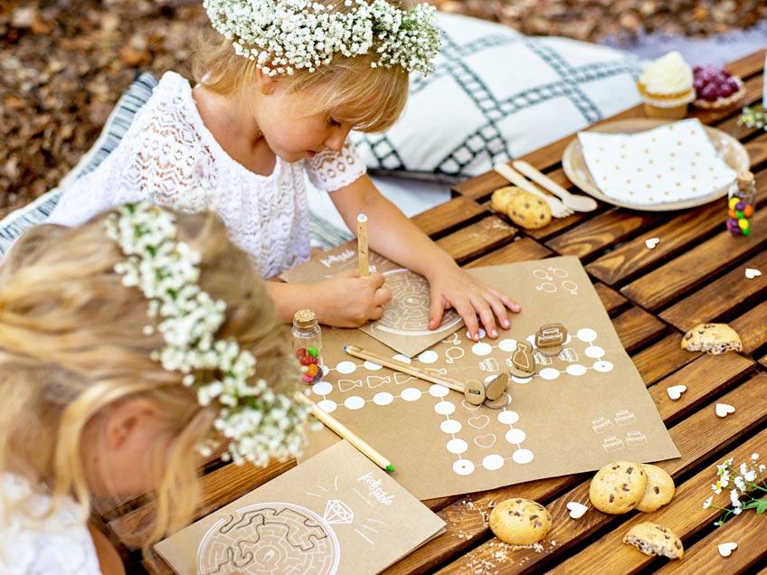 Kinder freuen sich über einen Kid's Table zur Hochzeit