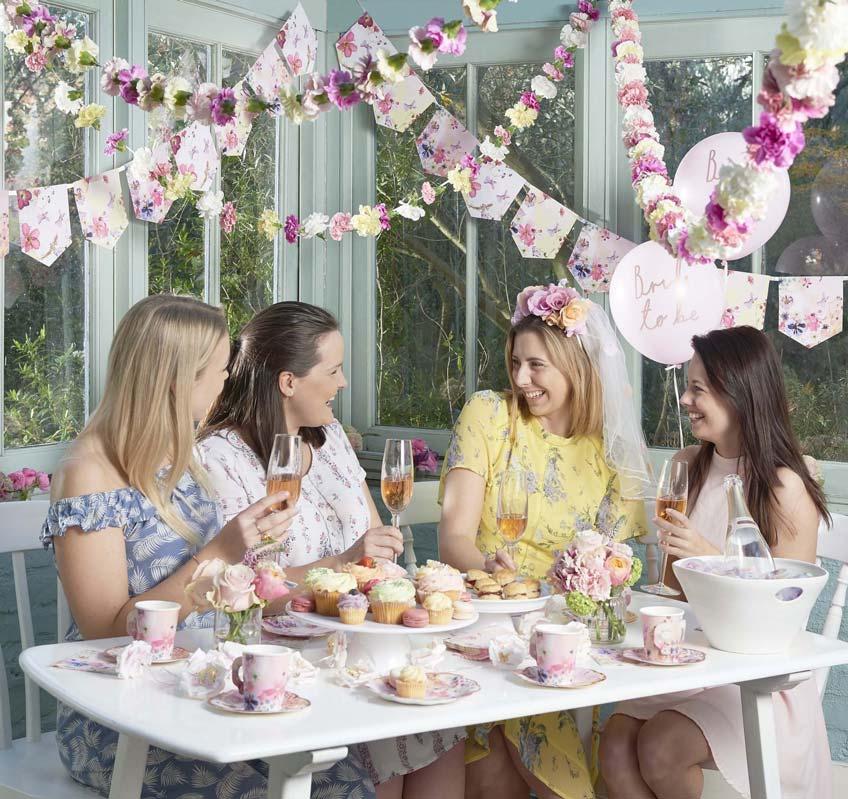 Dekorier die florale Brautparty mit vielen Blumen