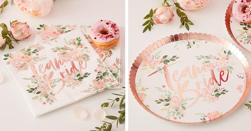 Auf der floralen Brautparty muss auch das Geschirr dazu passen