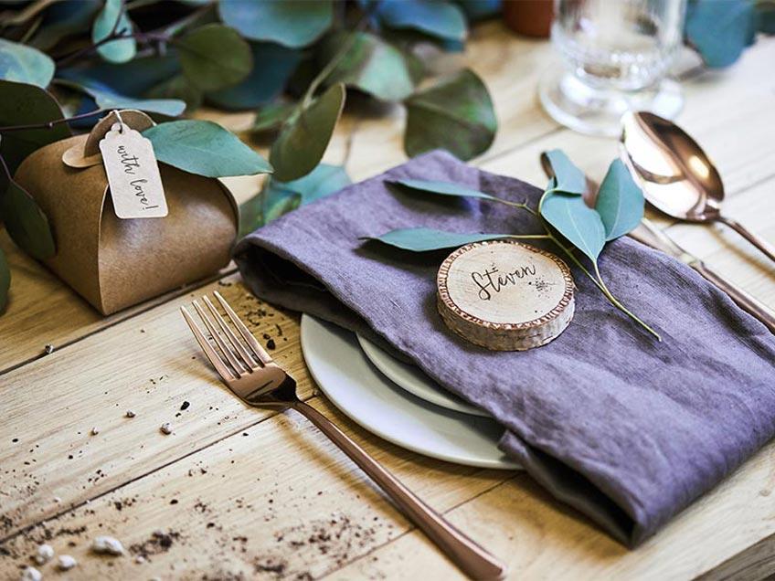 Gravierte Holzscheiben sind schönes Platzschild und individuelles Gastgeschenk in einem