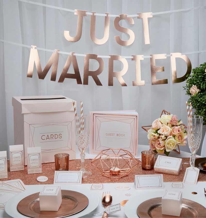 Dekoriere deine moderne Hochzeit mit Geo Mustern, hellen Pastellfarben und großen Lettern