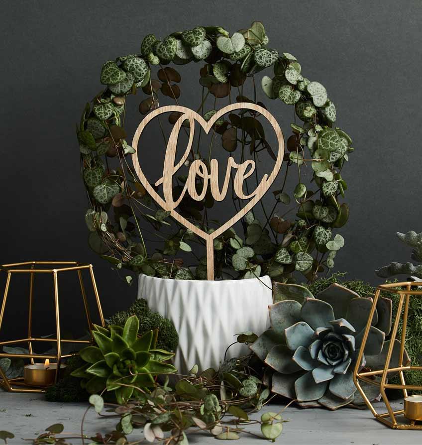 Romantische Deko aus Holz, Sukkulenten und Geo Design für deine Greenery Hochzeit