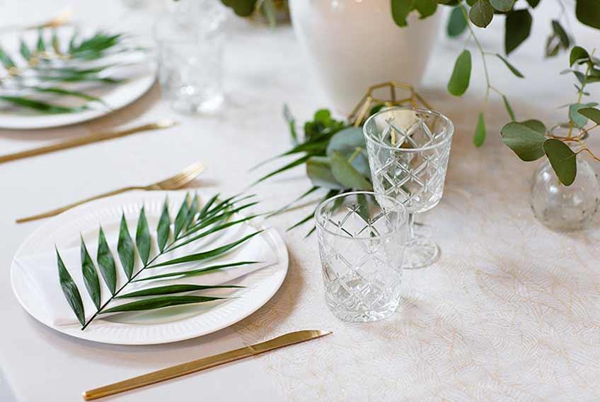 Verwende Eukalyptus und Palmenblätter für eine Greenery Tischdekoration