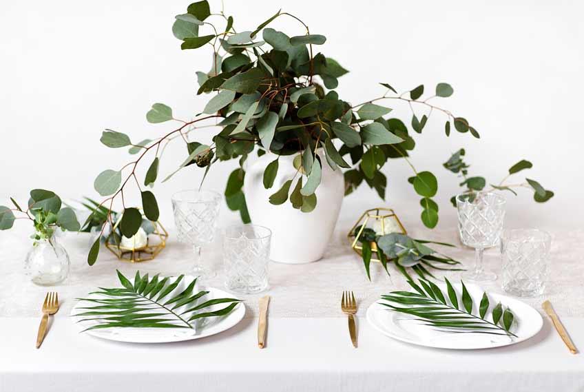 Kombiniere grüne Pflanzen mit Hochzeitsweiß und goldenen Akzenten