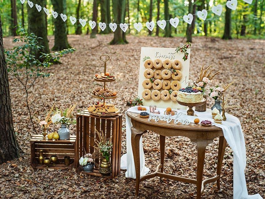 Sweet Table passend zur Waldhochzeit - im kühlen Schatten schmeckt der Kuchen doppelt gut