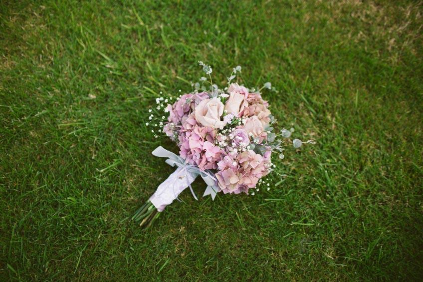 Blumen sind ein wichtiges Symbol für Hochzeiten - für Braut und Trauzeugin (c) James Bold on Unsplash
