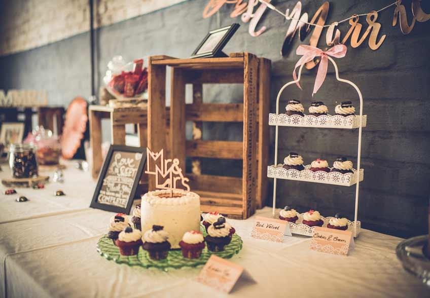 Betrongrau wird auf der Hochzeits-Candy Bar mit Rosa und Mint aufgelockert (c) Dominic Simon