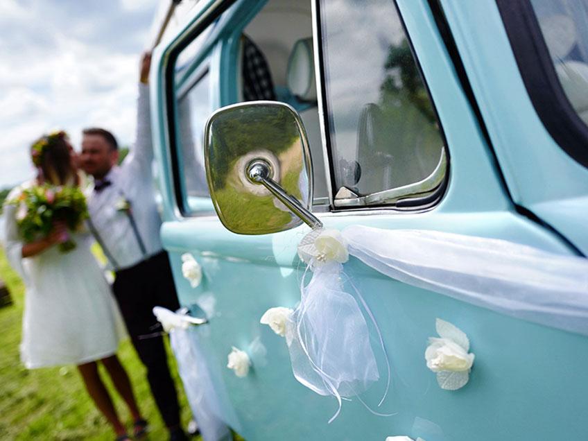 Überrasch das Brautpaar nach der Trauung mit einem geschmückten Hochzeitsauto