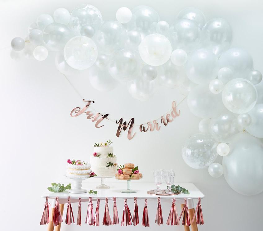 Auch in Weiß sieht die Ballongirlande zur Hochzeit edel aus