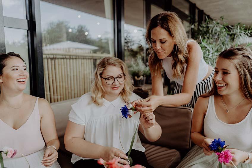 Auf dem JGA eine schöne Tagesaktion - Blumenkränze flechten (c) Christine Ladehoff Fotografie