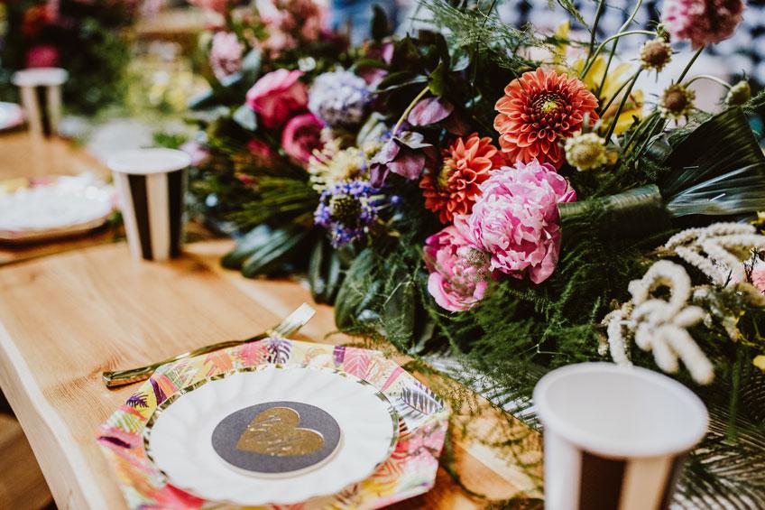 Kräftige Farben für deine tropische Tischdekoration