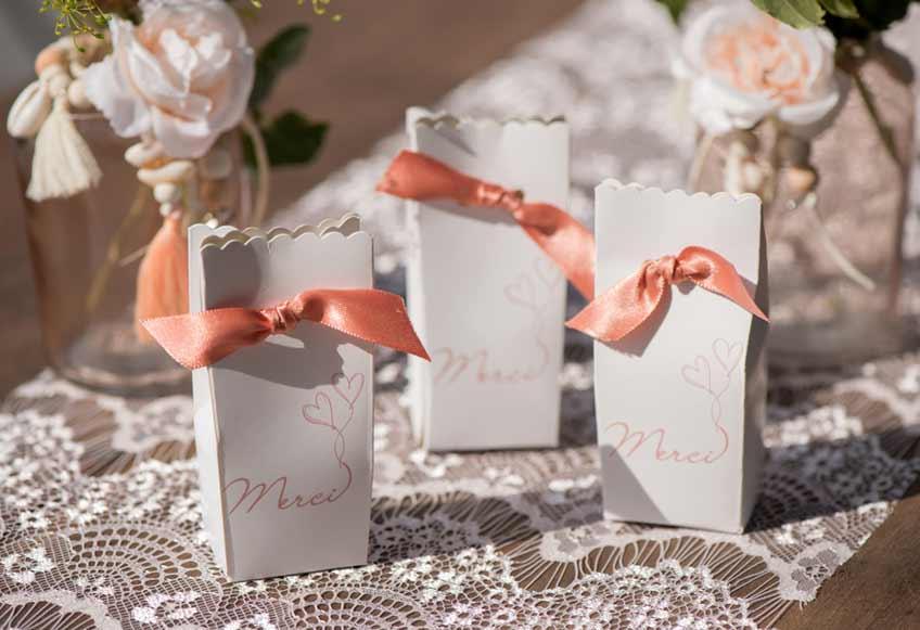 Überreiche zur Hochzeit Gastgeschenke in Verpackungen mit romantischen Schleifchen