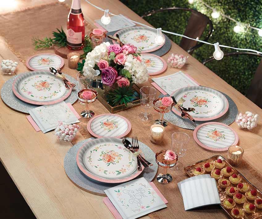Filigrane Blütenmotive und pastellige Farbtöne geben zur Hochzeit ein ländlich-nostalgisches Flair