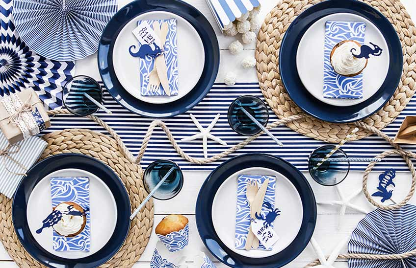 Maritime Tischdeko in Blau/Weiß mit Meeres-Motiven wie Seepferdchen und Krabbe