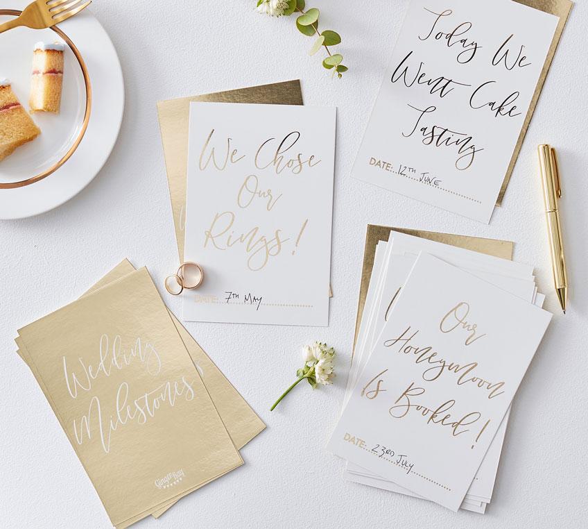 Meilensteinkarten sind eine schöne Art, den Hochzeitsfortschritt festzuhalten - vielleicht mit der Trauzeugin?