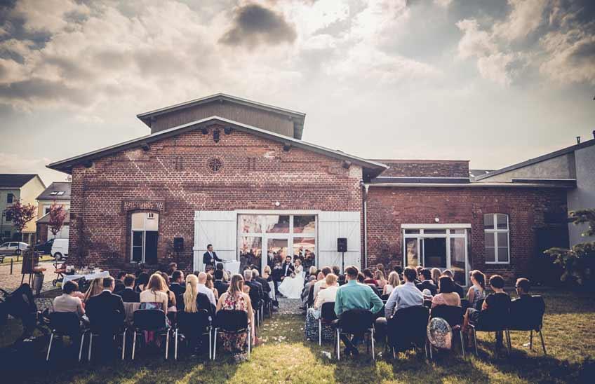 Ein Backsteingebäude im Industrial Look ist die perfekte Location für eine moderne Hochzeit  (c) Dominic Simon