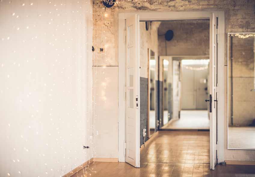 Lagerhallen und Galerien geben der Hochzeit eine sehr moderne Kulisse (c) Dominic Simon