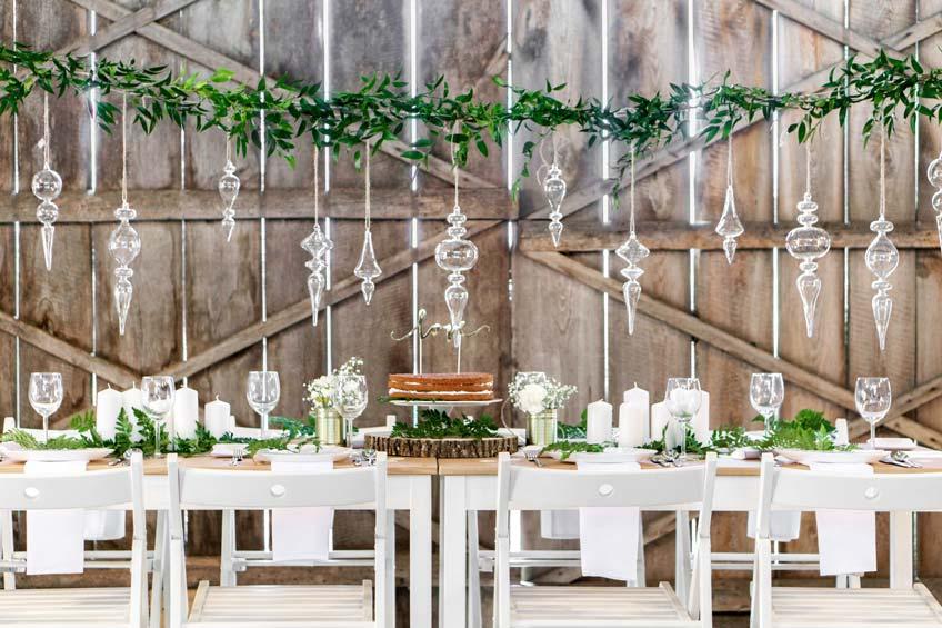Umweltfreundliche Hochzeitsdeko mit Pflanzen und Glas