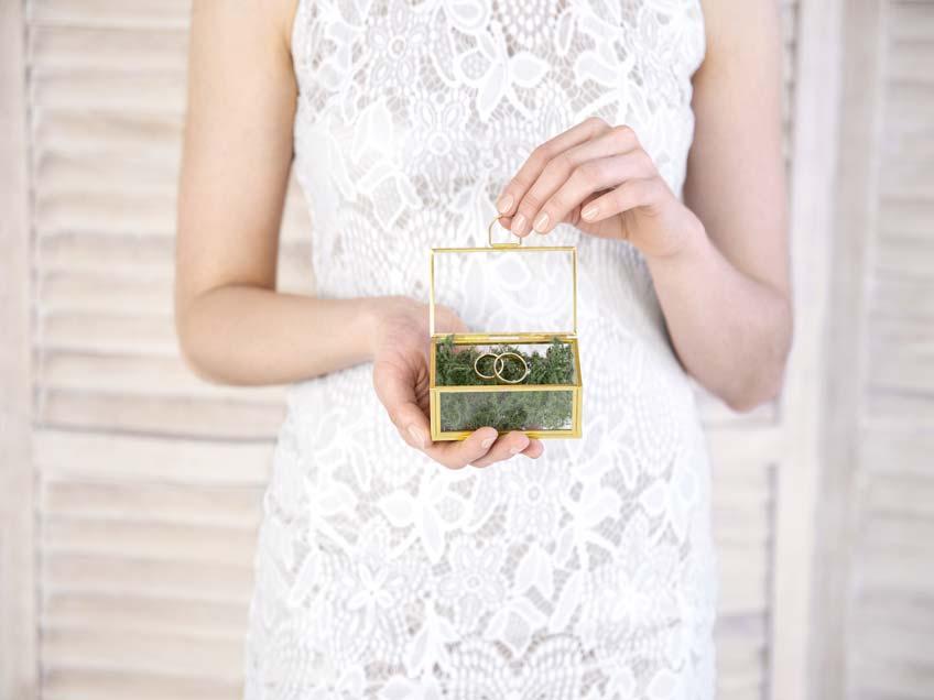 Schönes und nachhaltiges Ringkissen aus Glas und Moos