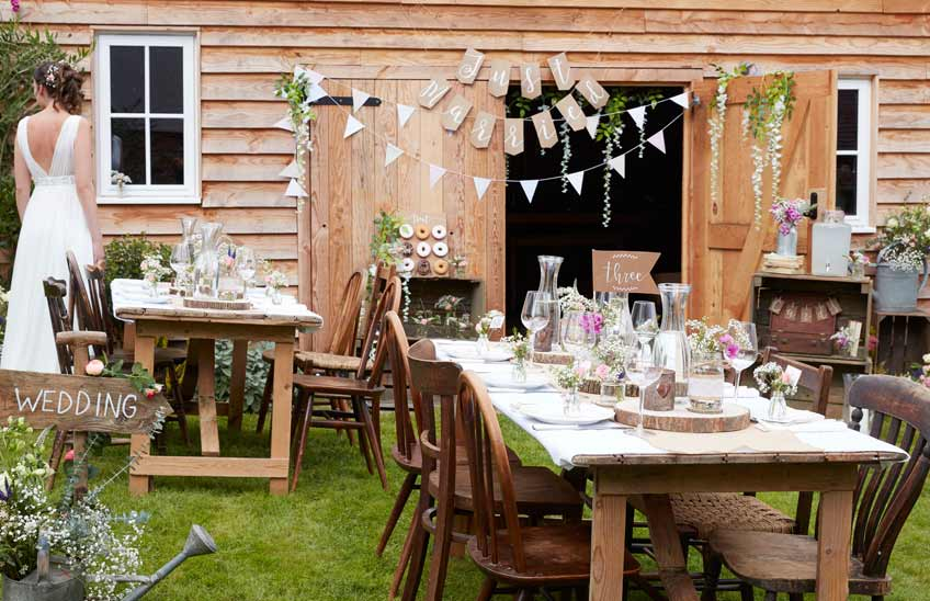 Wer eine Scheunenhochzeit feiern will, sollte mit warmen Brauntönen und vielen Holz-Elemente dekorieren