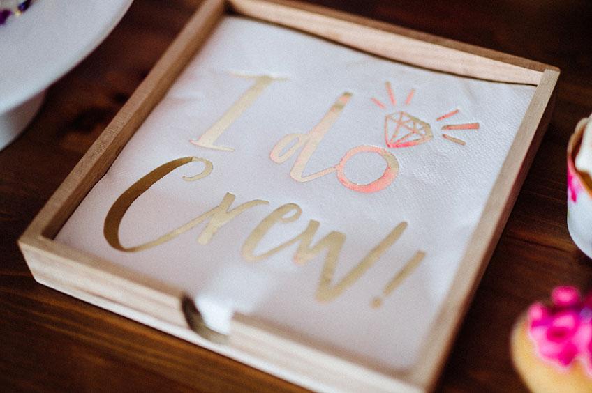 """Die perfekten Servietten für eure Brautparty-Deko in Weiß und Gold. Weitere Artikel passend zum """"I do Crew"""" Motto findet ihr in unserem Shop © Julia Löhning Fotografie"""