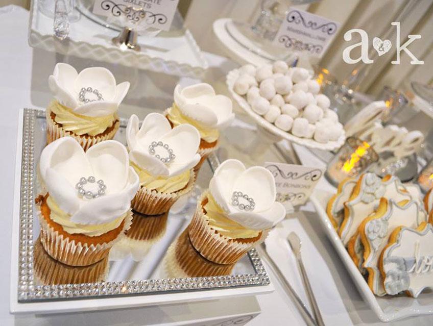 Cupcakes verziert mit Blumen und kleinen Silberringen für den 25. Hochzeitstag © a&k Lollybuffet
