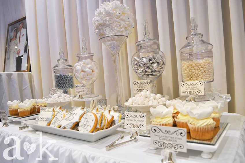 Bonbons und Kekse in Silber und Weiß zum 25. Jubiläum © a&k Lollybuffet