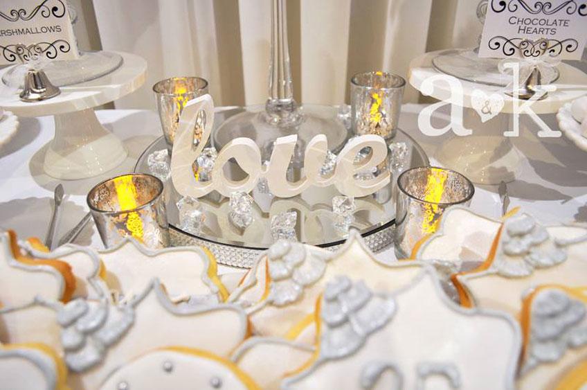 """""""Love"""" Schriftzug aus Holz für eine romantische Tischdekoration zum 25. Jubiläum © a&k Lollybuffet"""