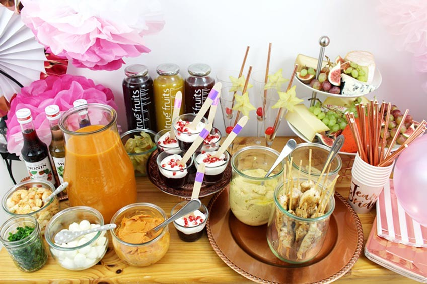 Gesunde und erfrischende Snacks und Drinks zur Brautparty