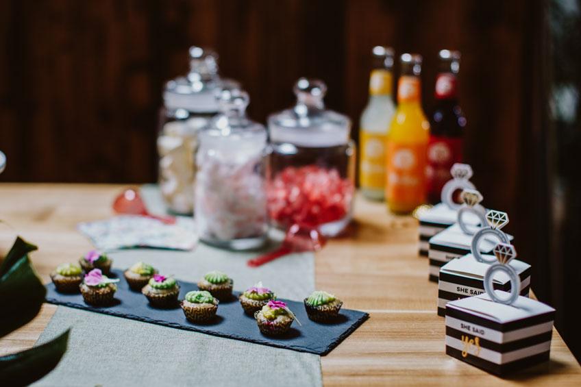 Kleine Leckereien und Gastgeschenke für deine tropische Brautparty