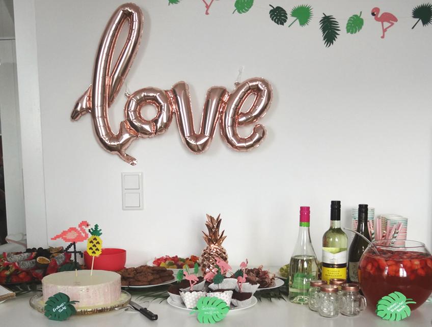 """Der """"love""""-Schriftzug in glänzendem Roségold fügt sich super schön in die tropische Kulisse ein. © Steffi's Hochzeitsblog"""