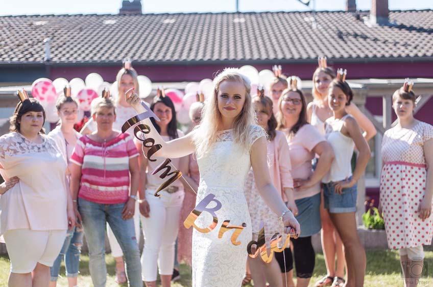 Zum JGA tolle Stimmung mit Team-Bride-Girlande (c) Tinka Dreyer Fotografie